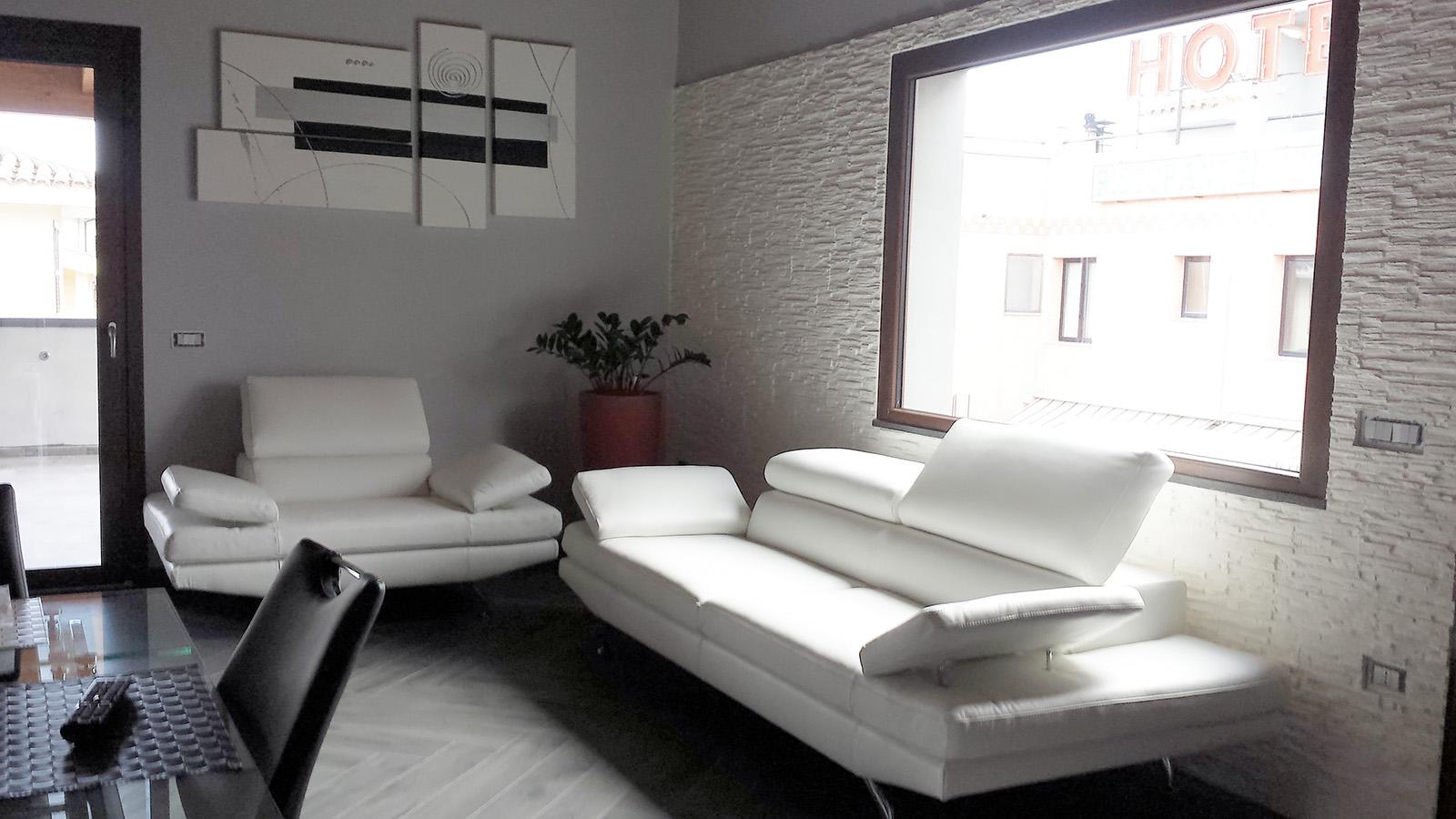 Divani e divani pelle beautiful divani relax in tessuto e pelle divani e divani letto in pelle - Divano klaus prezzo ...